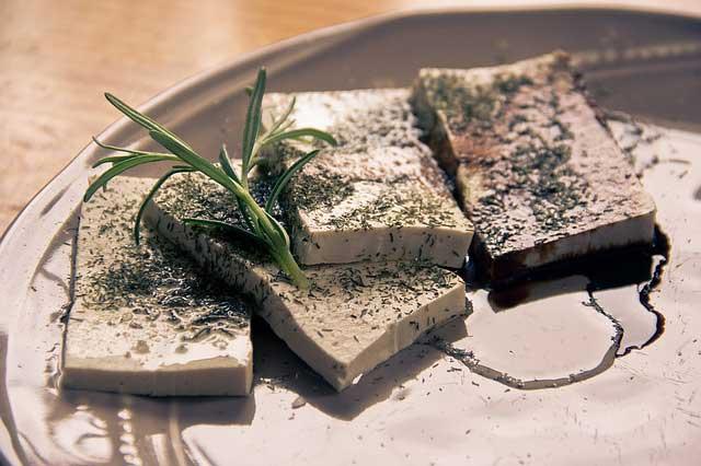 Tofu enthält viel sättigendes Eiweiß. Zugleich weist er wenig Fett auf.