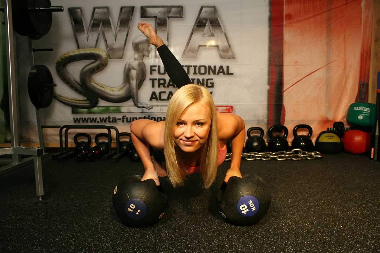 Ein straffer Bauch verlang ein bestimmtes Fitness Training.