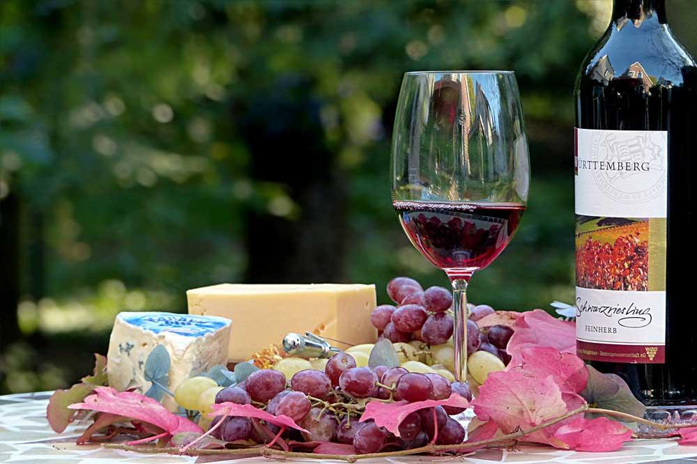 Bild von Wein, Fruchtsaft, Käse – Ist das wirklich vegetarisch?